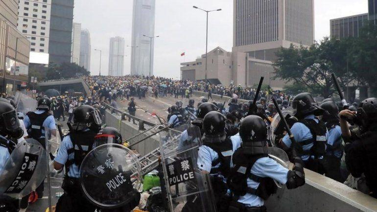 Tensión y represión durante la marcha aniversario del traspaso a China