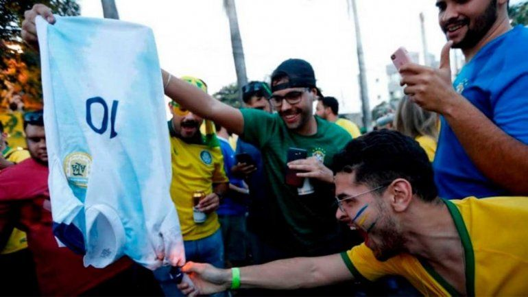 Hinchas brasileños quemaron una camiseta de la Selección Argentina