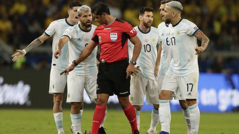 ¿Por qué el árbitro no revisó las jugadas polémicas en el VAR?