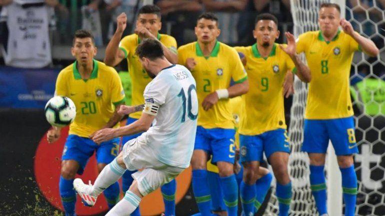 Indignados: AFA presentará reclamo ante Conmebol por el arbitraje en Argentina-Brasil