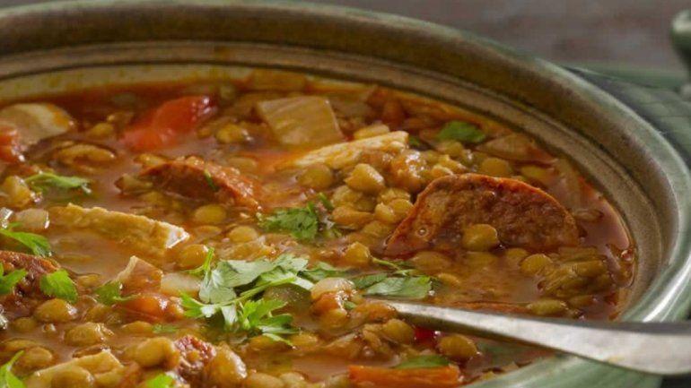 Conocé la receta del guiso de lentejas, el clásico plato para un día de frío