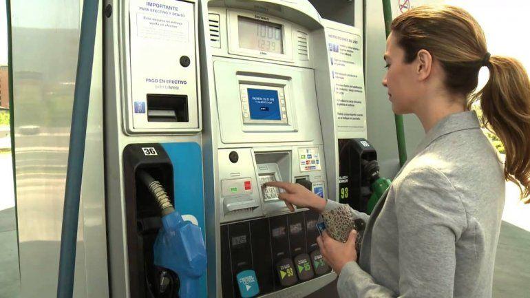 El Gobierno autorizaría el autoservicio de combustible en todo el país