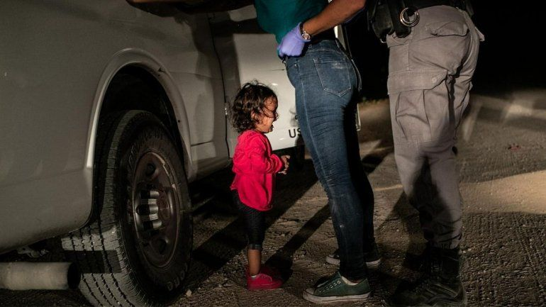 Niña llorando en la frontera. La foto