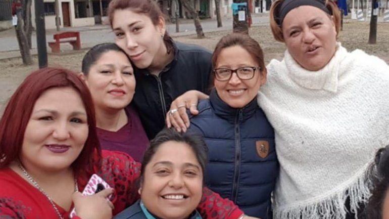Vecinas solidarias: dejaron bufandas en los árboles para quienes más lo necesitan