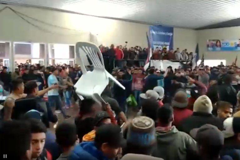 Incidentes en un acto peronista en La Rioja: se tiraron hasta las sillas