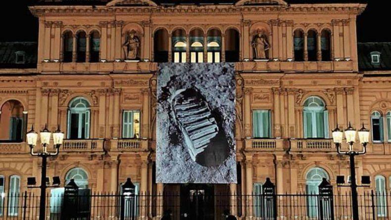 La Casa Rosada amaneció con una gigantografia de la pisada en la Luna