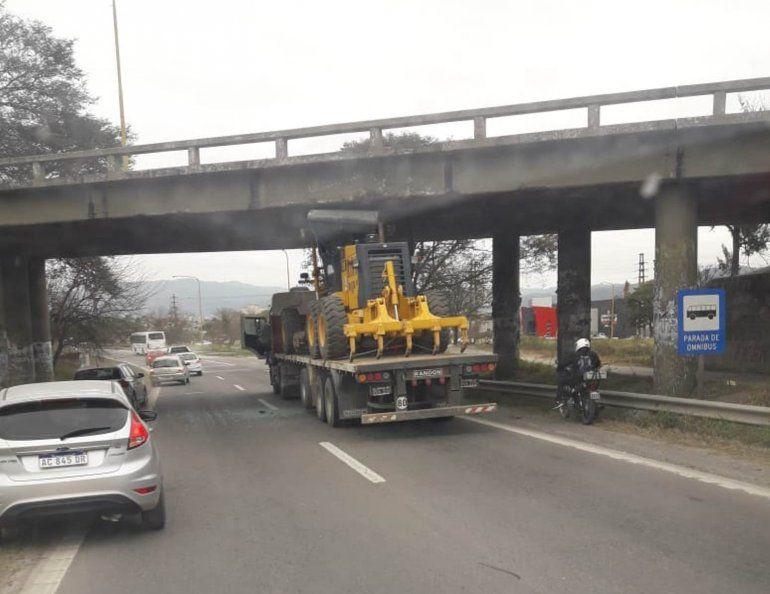 Llevaba una máquina que superaba la altura máxima y chocó con un puente