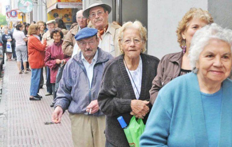 Los jubilados con 30 años de aportes cobrarán un plus de $ 900 por dos meses