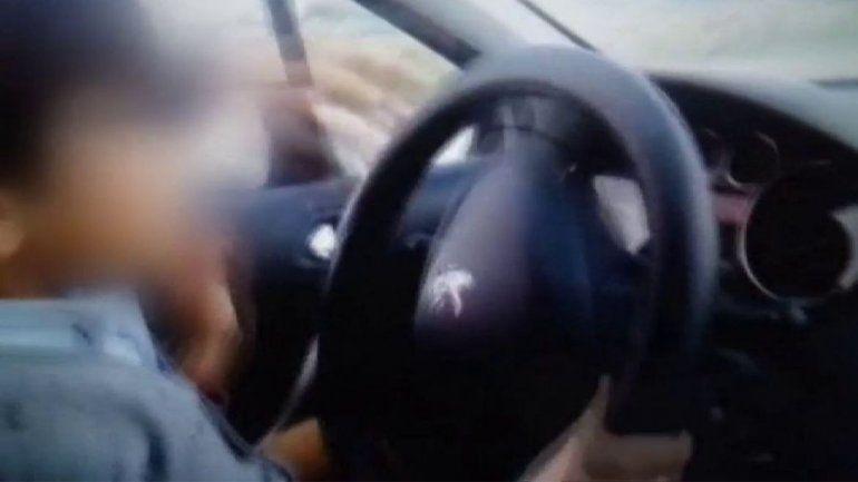 Lo grabó y lo subió a las redes: obligó a su hijo a manejar en la ruta