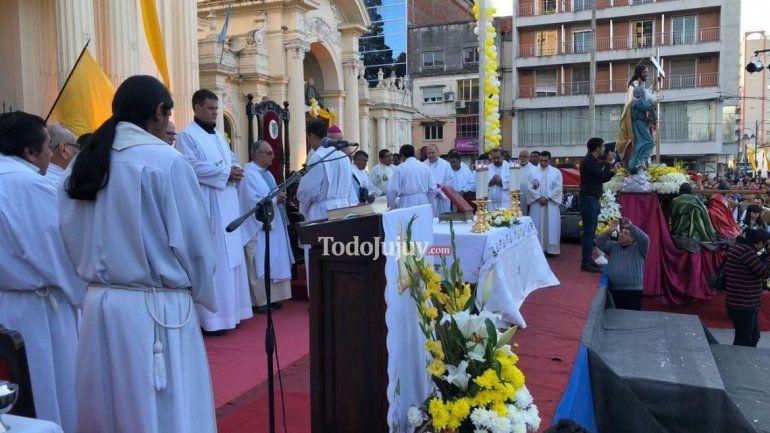 Una multitud de fieles acompaña al Santísimo Salvador en su misa y procesión
