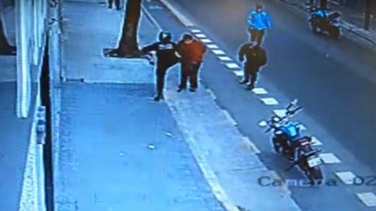 Liberaron al policía que mató de una patada a un hombre que caminaba por la calle