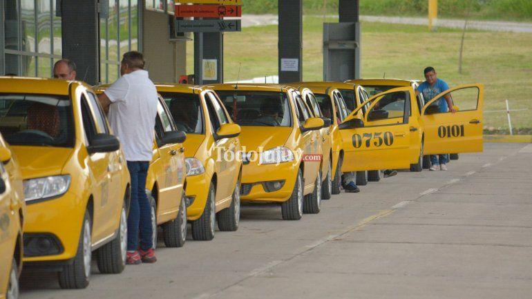 Aumento en los taxis: propietarios y peones, en veredas opuestas