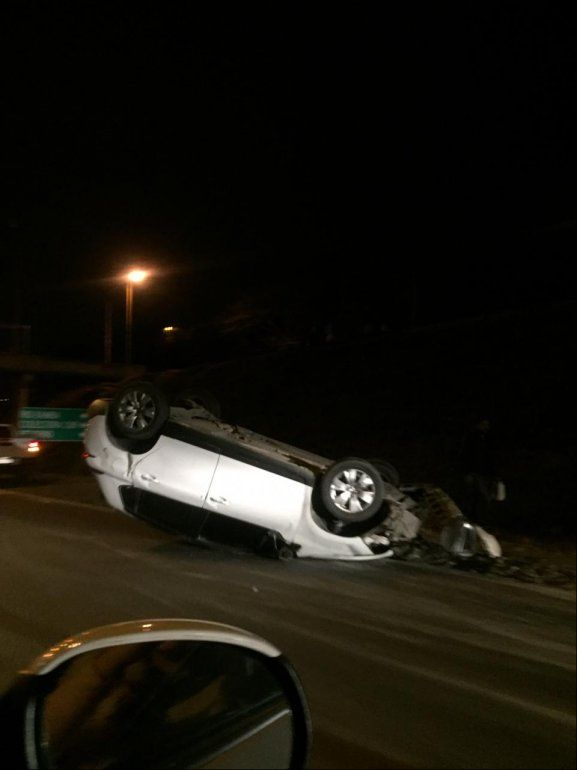 Había sal en la ruta y cuatro autos chocaron y desbarrancaron
