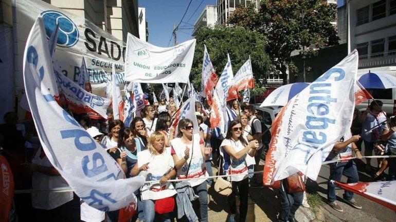 Día complicado por acampe y marcha docente en la zona del Obelisco