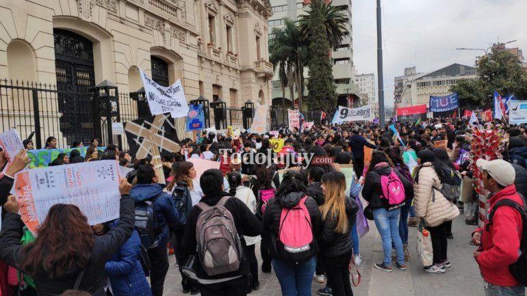 Estudiantes y docentes marcharon para pedir por la continuidad de las carreras en los IES