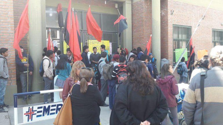 Estudiantes, padres y docentes tomaron la EET N°2 exigiendo seguridad en la zona