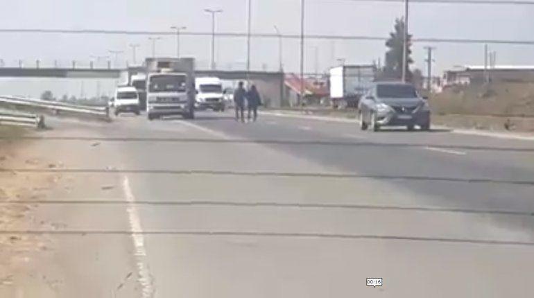 Inconscientes: dos personas pelearon en medio de la ruta y casi provocan un accidente