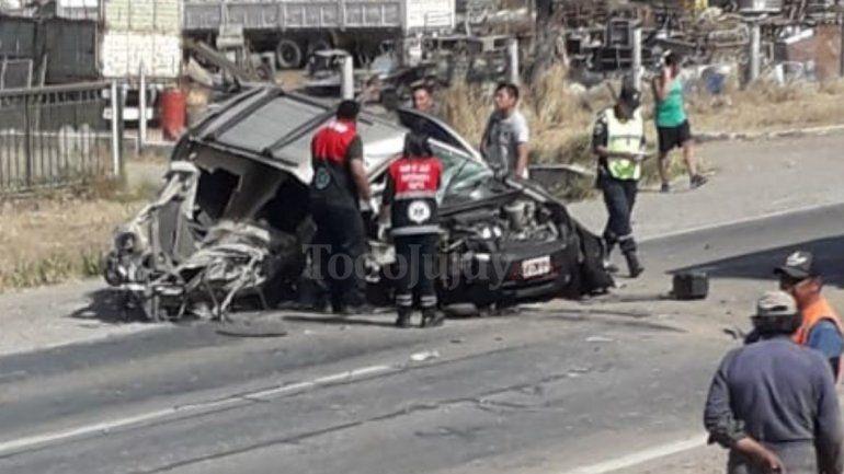 Un auto chocó contra un camión antes de llegar a Pampa Blanca, se salvó de milagro