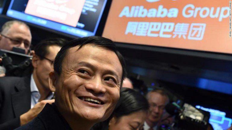 Es el hombre más rico de China y deja la presidencia de la empresa más grande de Asia
