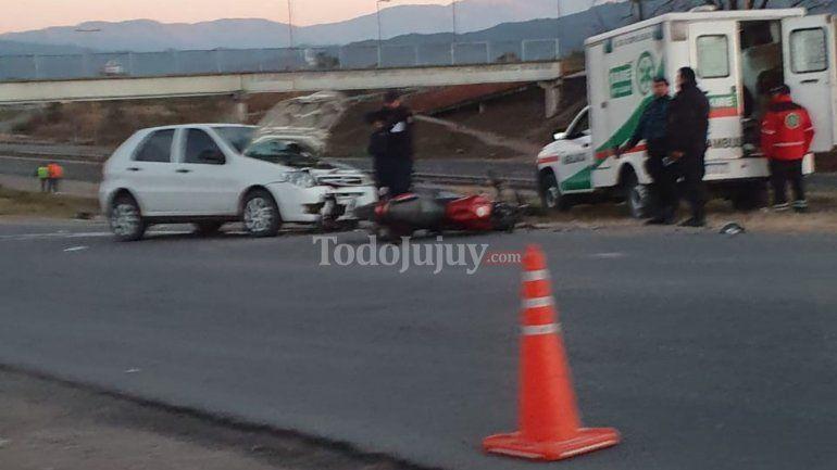 Motociclistas resultaron con lesiones al chocar con un automóvil