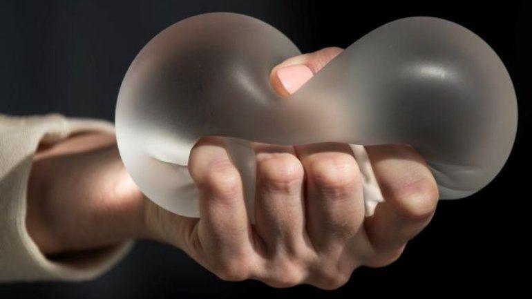Prohíben el uso y venta de dos tipos de prótesis mamarias