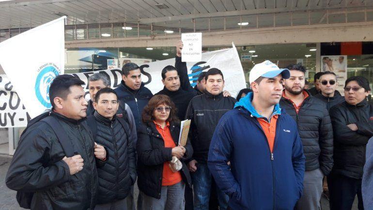 Empleados de un comercio protestan porque les pagan el sueldo en cuotas