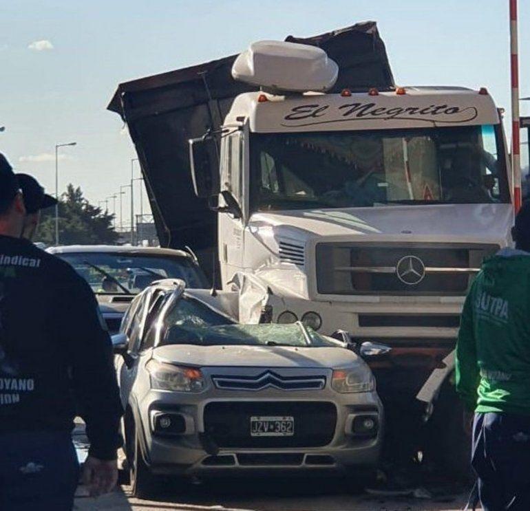 Impactante: un camión aplastó a un auto en un peaje de Buenos Aires