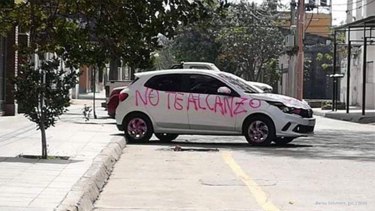 Terminó la relación y le pintó el auto con aerosol a su ex
