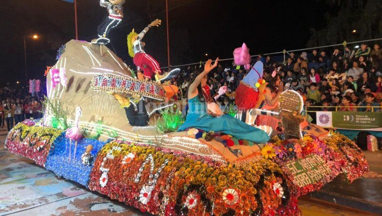 El color y la alegría de los estudiantes jujeños hizo vibrar el tercer desfile de carrozas