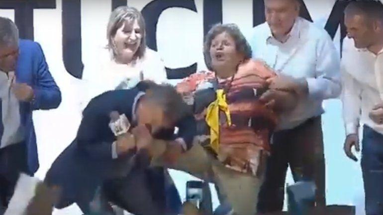 Mauricio Macri encontró su Cenicienta y le besó los pies