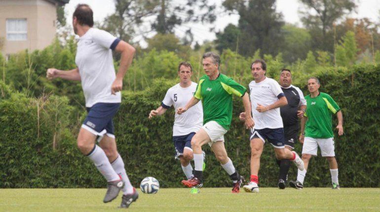 Macri se lesionó jugando al fútbol y tuvo que usar una faja durante su actividad de campaña