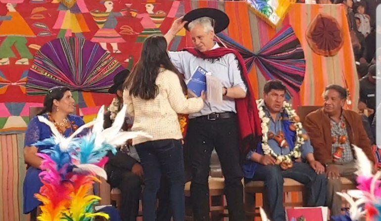 Carolina Moisés le regaló el libro de Cristina al candidato a vicepresidente de Evo Morales