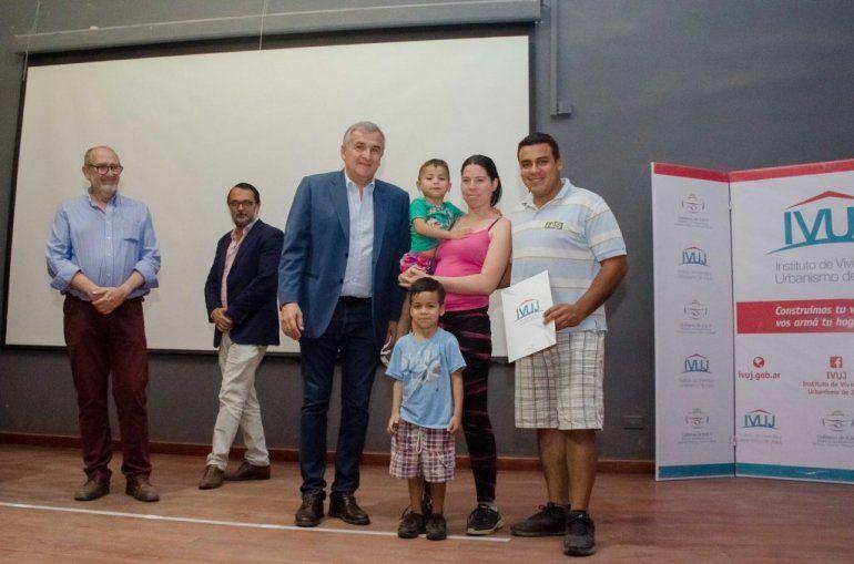 El Gobernador entregó más de 350 adjudicaciones de viviendas en el barrio Tupac Amaru