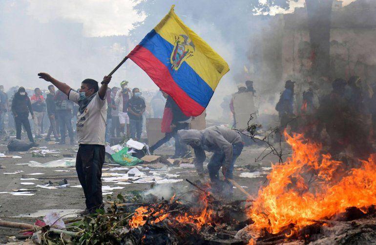 Ecuador: grupos indígenas tomaron edificios públicos y hubo desalojo policial
