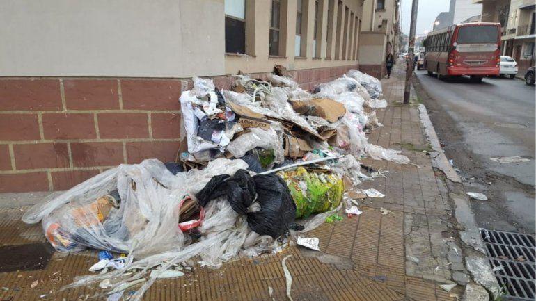 EET N° 1: tenían que desocupar el canchón y sacaron toda la basura a la vereda