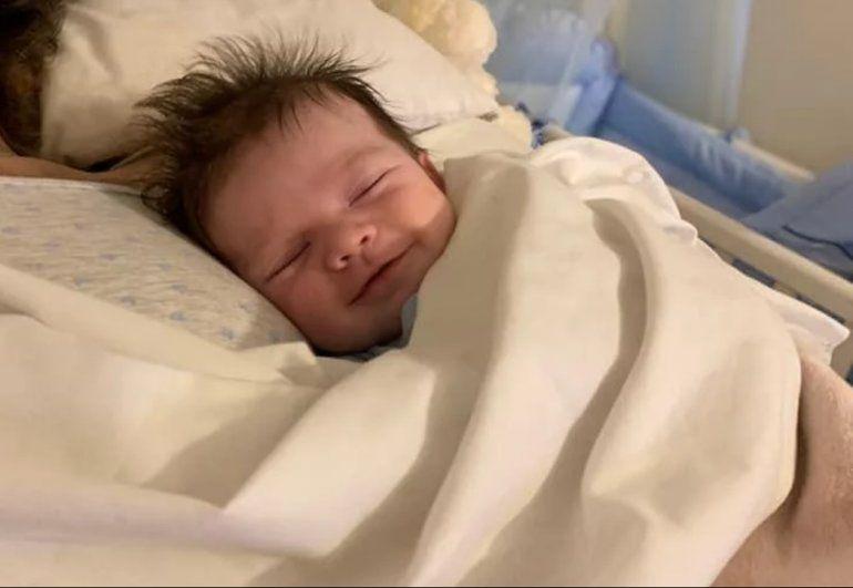 La conmovedora historia del bebé sonriente junto al cuerpo de su madre que recorre el mundo