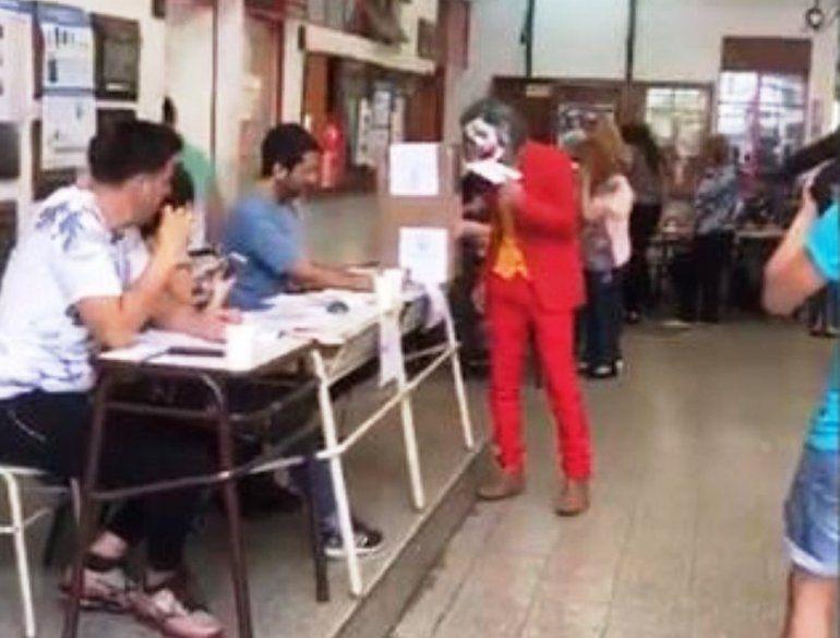 ¡Votó el Guasón! Un hombre fue a votar disfrazado y largó la clásica carcajada