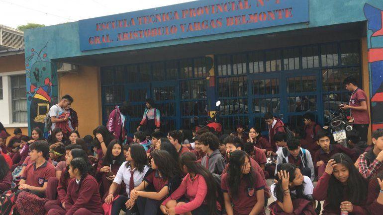 Sentada en la ETP: los chicos piden que los dejen entrar con el uniforme de educación física