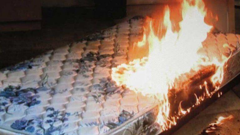 Discutieron y prendió fuego un colchón: tres personas terminaron internadas e intervinieron los bomberos