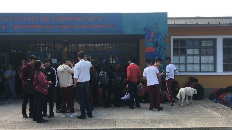 Los chicos de la ETP esperan respuestas del Ministerio y siguen con la sentada en la puerta del colegio