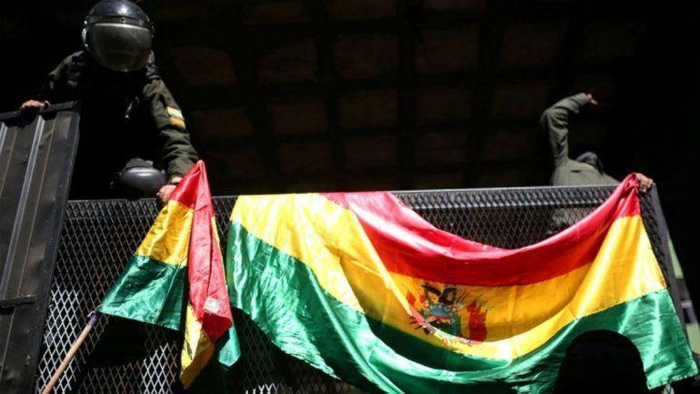Tensión en Bolivia: se amotinó la Policía, siguen las marchas contra el Gobierno y Evo denuncia un intento de golpe