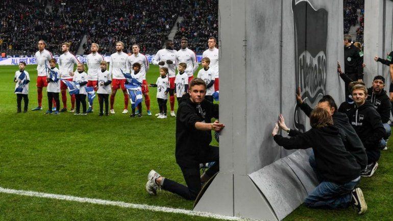 El fútbol alemán recordó los 30 años de la caída del muro de Berlín con un conmovedor homenaje