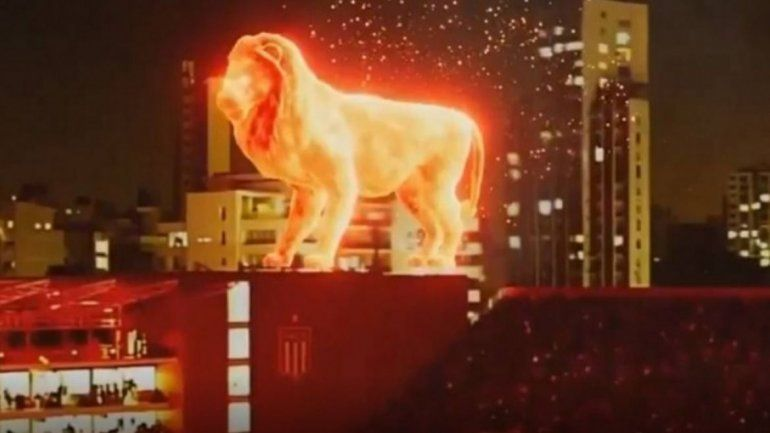 Un león de fuego impactó a los hinchas de Estudiantes en la inauguración del nuevo estadio