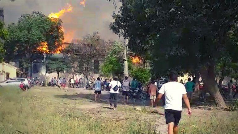Grave incendio en el Ingenio La Esperanza: arrancó en la destilería y ya llegó a la fábrica
