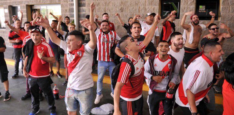 Miles de hinchas de River y Flamengo pasan por Jujuy con destino a Lima