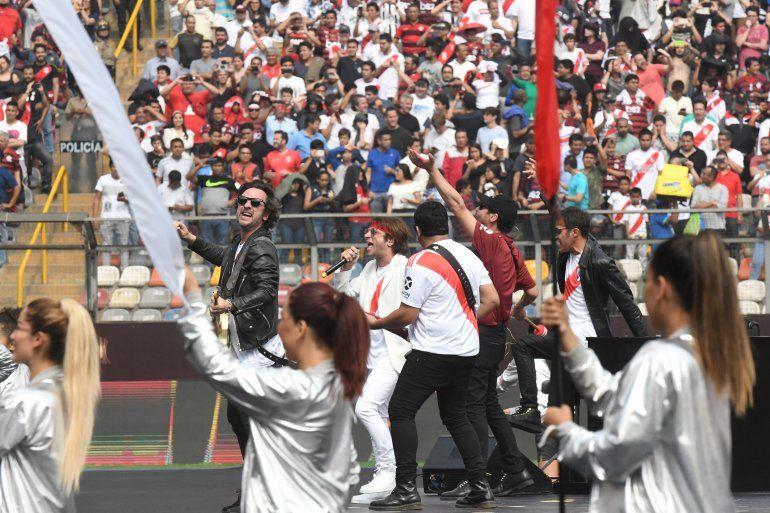 Turf hizo vibrar a los hinchas de River en Perú con el himno del equipo