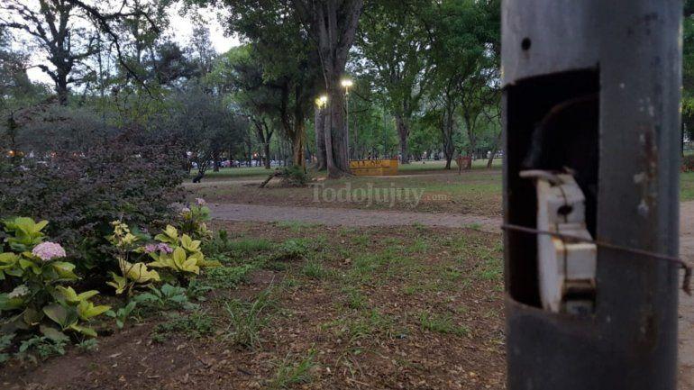Riesgo inminente: cables de energía a la intemperie y al alcance de niños en el Parque San Martín