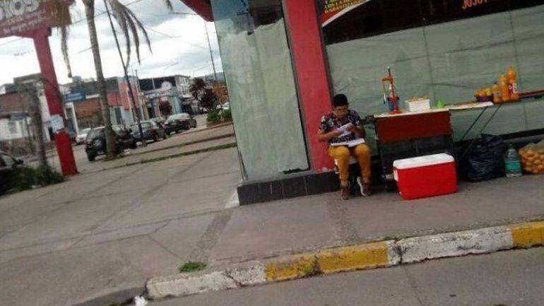 Trabaja vendiendo jugos mientras estudia en la calle: la foto que es viral en Jujuy