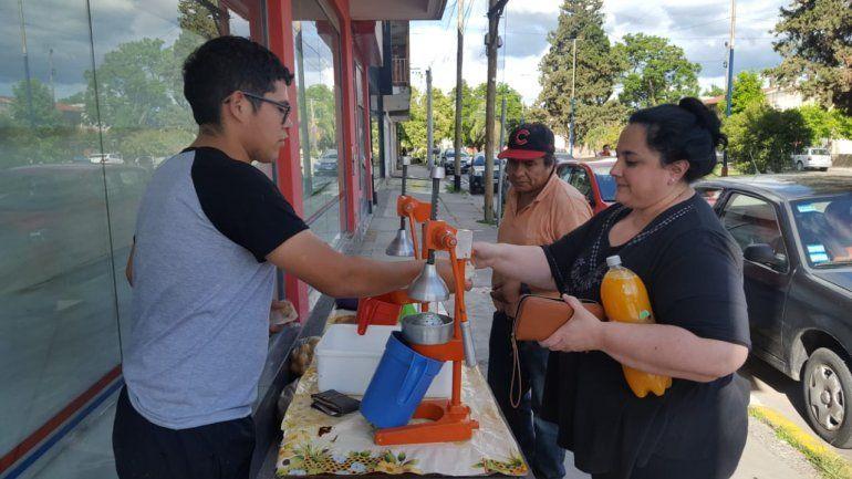 Hoy hará la Cena Blanca el joven que vende jugos para pagar sus estudios: una historia de superación