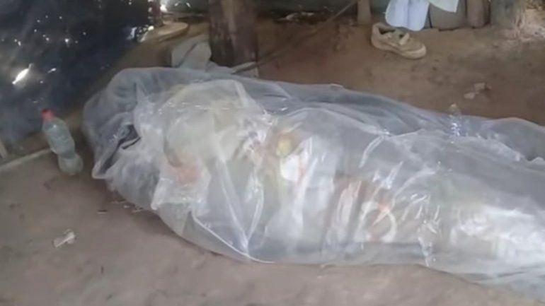 Salta: no tenían dinero para el cajón y lo enterraron envuelto en plástico